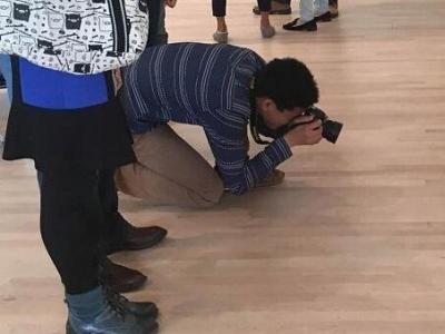 摆在画廊地板上的一副眼镜怎么就成了艺术品?