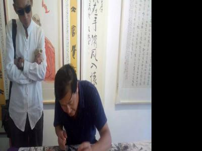 画家马兴瑞在上海参加笔会交流活动